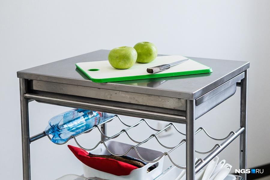 Юля очень ценит передвижной столик из ИКЕА. Во время приготовления она подгоняет его к раковине и может на него что-то составить. В верхнем отделении хранятся столовые приборы, внизу тоже можно разместить много вещей — например, коробки с крупами, которые не поместились в контейнеры в шкафу.