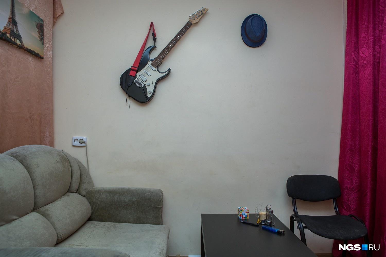 «Во время ремонта жить было не очень, а сейчас хорошо, — рассказывает Виталий Авезов, который учится на инженера-оптика и спокойно относится к увлечению соседа гитарой. — Когда я был в гостях в 1-м общежитии, мне не понравилось, а здесь классно. Не нравится только то, что душ общественный в соседнем общежитии».