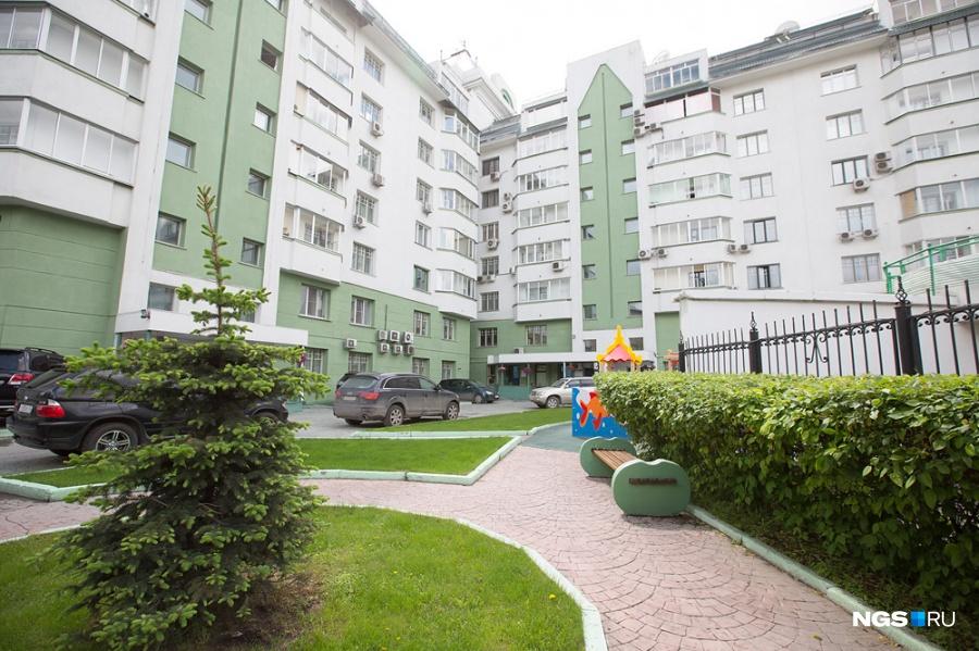 В доме 5 подъездов и 70 квартир, по две на площадку. Самая высокая часть — башенная, 10-этажная, основной же уровень — 8 этажей. На последних этажах — мансардные квартиры с высотой потолка порядка 5 м, а стандартная высота потолков в квартирах со 2-го по 7-й этаж — 3,2 м. Площадь квартир — от 70 до 180 кв. м.