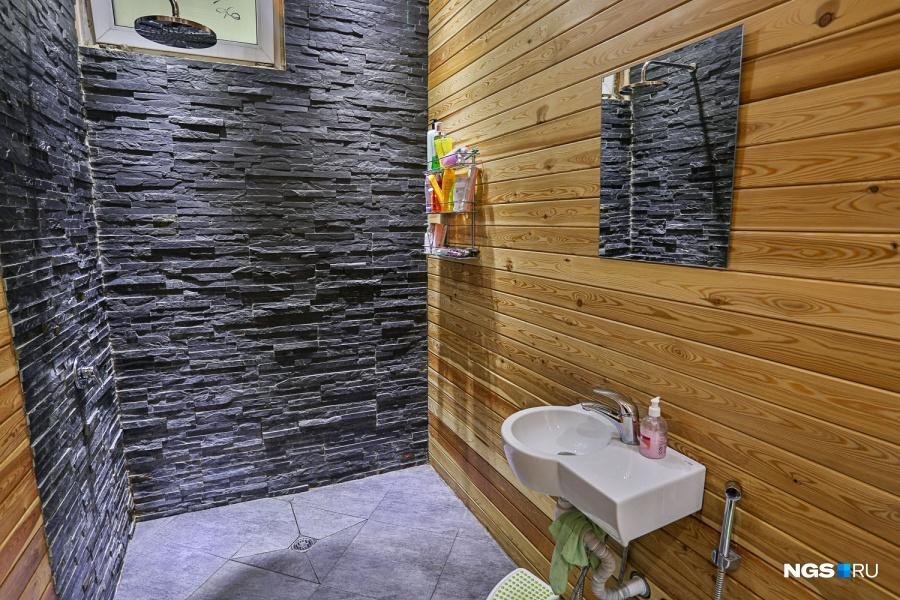 Хозяева старались использовать натуральные материалы и повторить приемы отельного дизайна, чтобы чувствовать себя как на отдыхе в Таиланде. Сланец и лиственница помогли придерживаться экодизайна.