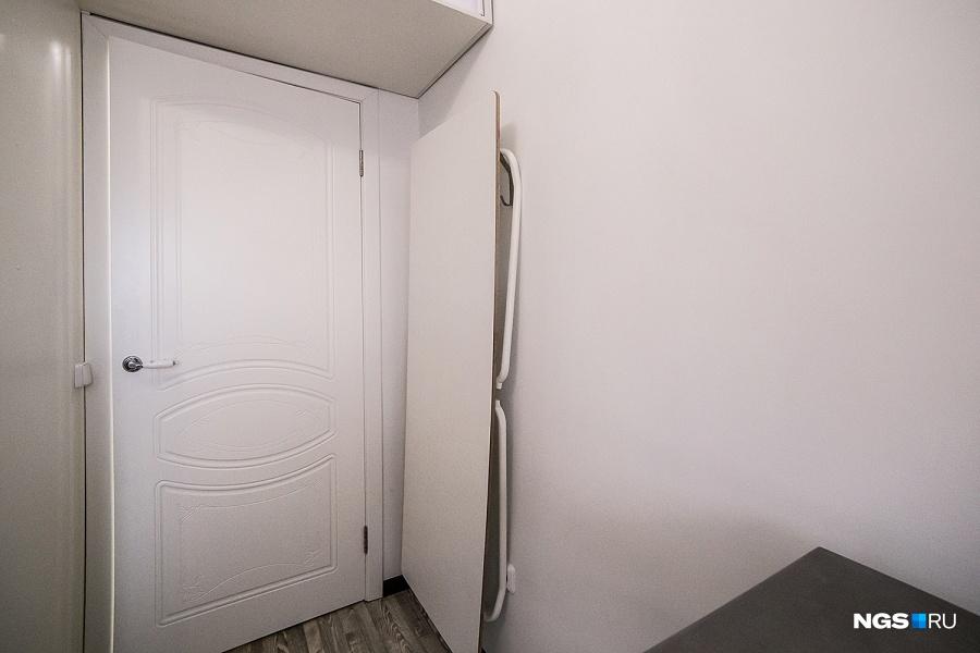 За дверью в спальне прячется большой раскладной стол, за которым можно принимать гостей. Юле пришлось долго уговаривать мужа, что такой стол им необходим, — теперь она убеждает его купить длинную складную скамью, которую также можно повесить на стену.