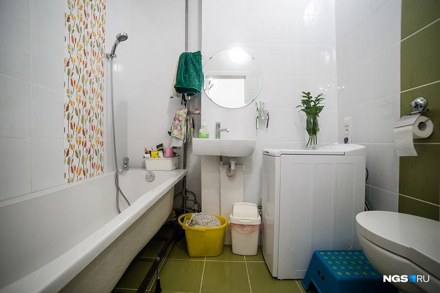 Так как семье очень хотелось побыстрее переехать, сначала они жили только с кухней, в пустой квартире без межкомнатных дверей. Ремонт они продолжают делать — в ванной еще появится натяжной потолок, бойлер и навесные шкафы. «Вот еще прикольная штука для помещений, в которых нет окна, — зелень из букетов, она стоит по 2 месяца, эта у меня с 1 сентября», — рассказала Юля.