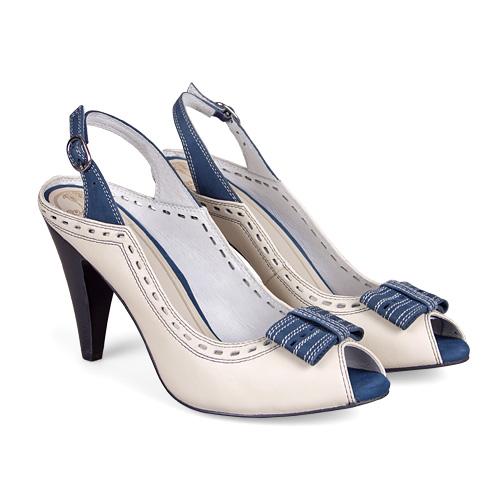 Обрезная пяточная часть и классический носок, пунктир из перфорации и элегантный бантик — модель полна неожиданностей, как и сама женщина! <price>3299 руб.</price>