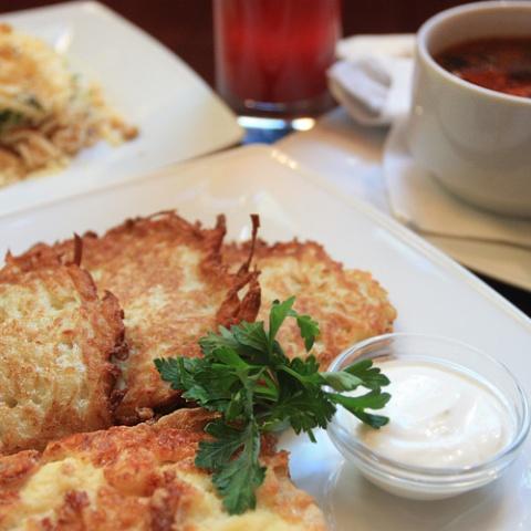Полный обед. Салат из курицы с яичной соломкой, борщ со сметаной, свинина запеченная под сыром с драниками и, конечно, ягодный морс