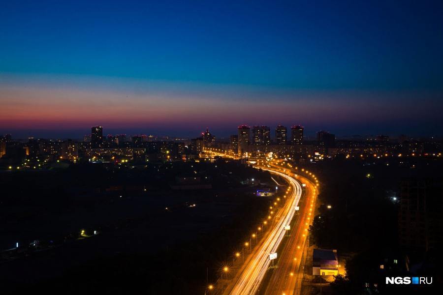 Ночные виды на город, когда весь он светится, хороши из окна любой квартиры на высоком этаже. Отдельного внимания всегда стоят освещенные магистрали, которые выделяются на темном фоне спящего Новосибирска всю ночь. На Ипподромскую магистраль (и весь город) хорошо смотреть из окон ЖК «Европейский» на Военной — особенно ночью: днем вид в сторону Сухого лога могут омрачить гаражи.