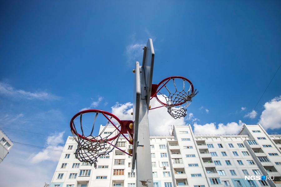 …Зато дети постарше могут побегать и поиграть в баскетбол.