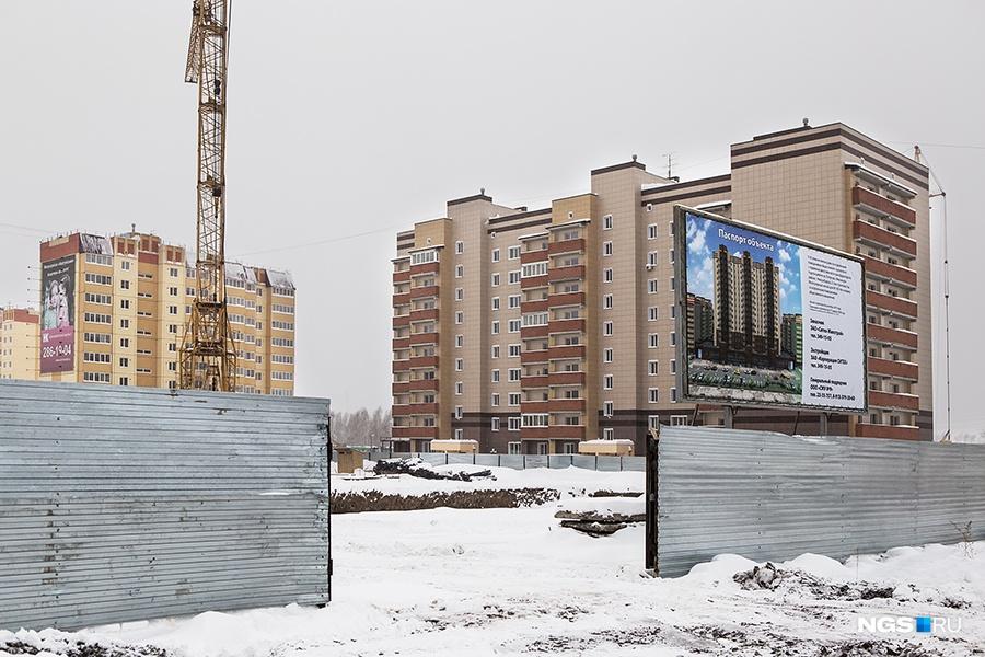 Еще в 2007 году корпорация «Ситех» планировала построить на Акатуйском жилмассиве 22 дома, но в кризис 2008-го компания стала задерживать сдачу домов, а половину площадки мэрия поделила между компаниями «Сибирь» и «Вира-Строй». Мы насчитали 9 домов «Ситеха» и один на этапе котлована. В 2014 году «Ситех» сдал 5-подъездный кирпично-каркасный дом переменной этажности.