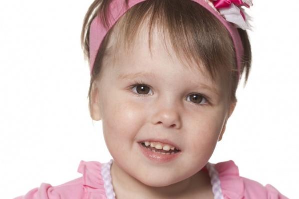 <b>Вероника</b> (дата рождения: июль 2010 г.)<br /> Потрясающе жизнеутверждающая малышка. Сумев восстановиться после тяжелейшей физической травмы, Вероничка не потеряла доверия к миру. Сейчас девочка снова ходит, говорит и очень ждет новых папу и маму.