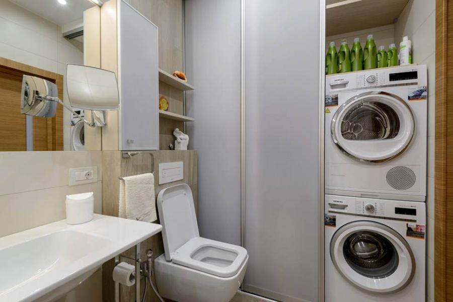 В большом хозяйственном шкафу хватило место для стиральной и сушильной машин, там же спрятаны корзины для белья и водонагревательный бак.