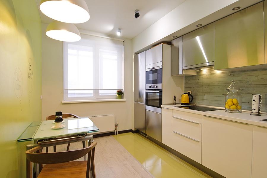 Как описала Наталья Цецулина, кухню заказывали в ИКЕА. Здесь уместились не только холодильник и духовка, но и посудомойка. Фартук на кухне (часть стены между столешницей и навесными шкафами) сделан из стекла с печатью под дерево.