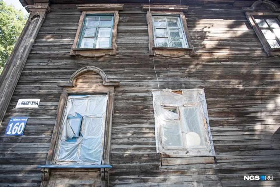 Кроме Марины в доме остаются и другие жители: в квартире напротив живет семья киргизов. «Там давно все погибли, она отошла государству, получается, — рассказала их соседка. — Все выселились, потом увидели, что я проживаю, и опять заехали».