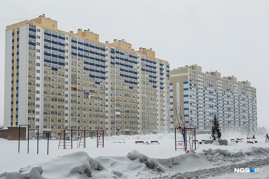 «Сибирь» в 2014 году сдала три 17-этажных панельных дома жилмассива «Тулинское», построенного за домами «Ситех». Всего в «Тулинском» 8 домов. Он знаменит в первую очередь тем, что в трех домах более 1 тыс. квартир. Общая площадь жилья в «Тулинском» превышает 120 тыс. кв. м. На этапе строительства цены на квартиры-студии начинались от 840 тыс. руб. — это было одно из самых дешевых предложений на рынке.