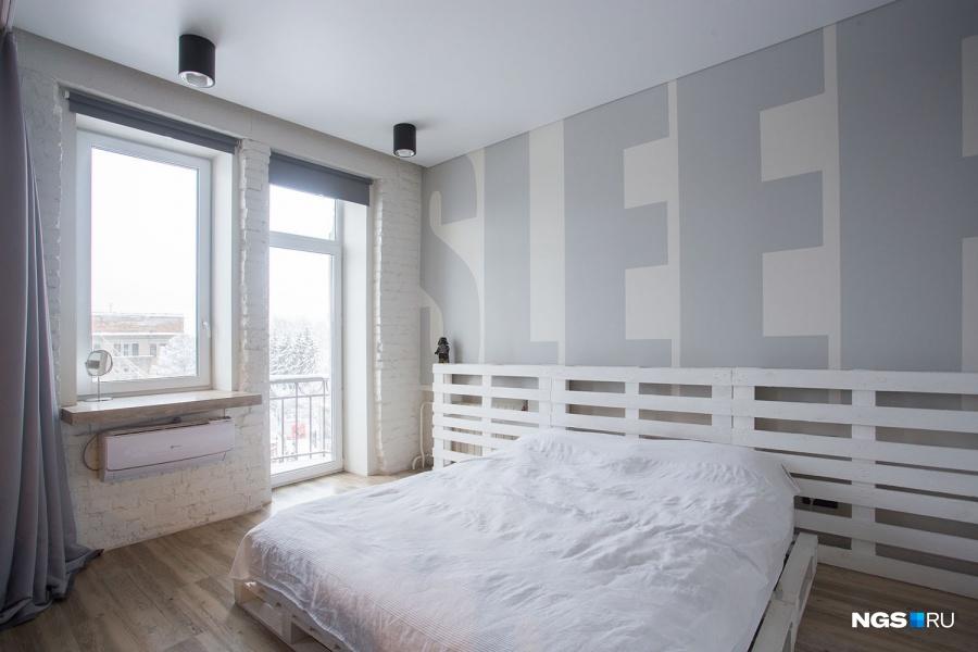 «За окном у нас жизнь кипит, зимой очень красиво, а ближе к Новому году вон те ёлки наряжают. Особенно нравится, когда лежишь на кровати и видишь это все через балкон горящее с утра — шикарно», — говорит Сергей. При желании можно опустить жалюзи с полотном блэкаут, т.е. полностью блокирующие свет.