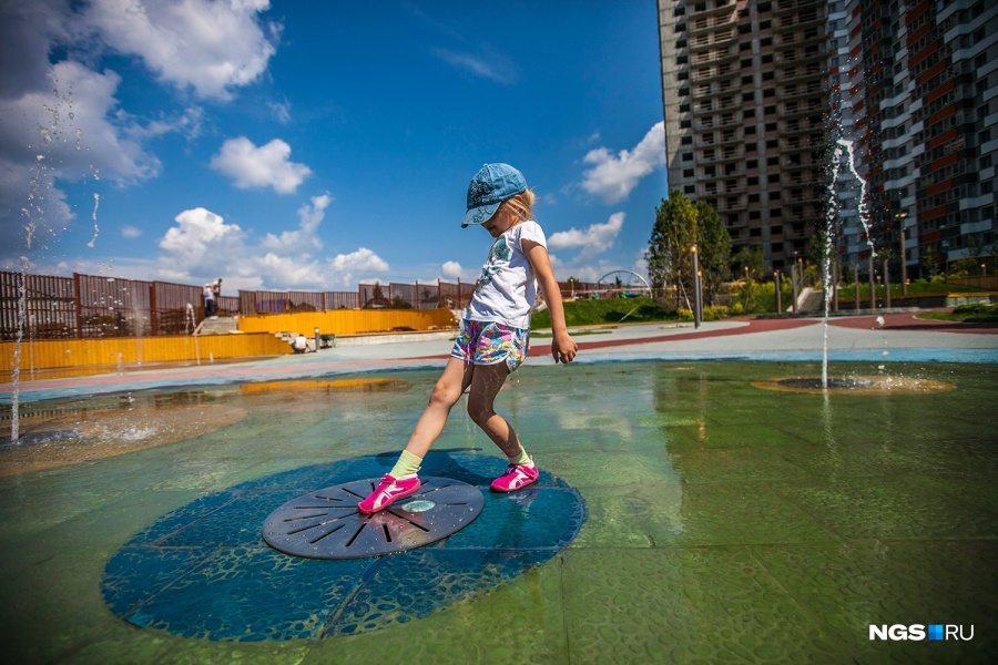Этим летом в «Оазисе» появился плоский фонтан. Лично нам он напомнил знаменитые «шутихи» в Петергофе. В «Оазисе» при нас на фонтане резвились дети, взрослые пока стесняются.