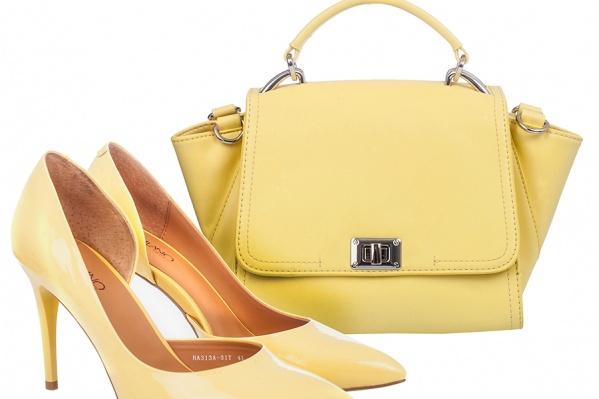 Обаяние классики вдохновляет дизайнеров на создание изящных плавных силуэтов. Очаровательные лимонные туфли на шпильке и сумка-трапеция на тон темнее — несомненные хиты сезона. Туфли <a href='http://www.ascania.biz/shoes/woman/5472232.html' target='_blank'>Capilano</a> <price><nobr>4890 руб.</nobr></price>, сумка <a href='http://www.ascania.biz/bags/zhenskie/5473937.html' target='_blank'>Angelo Vani</a> <price><nobr>3100 руб.</nobr></price>