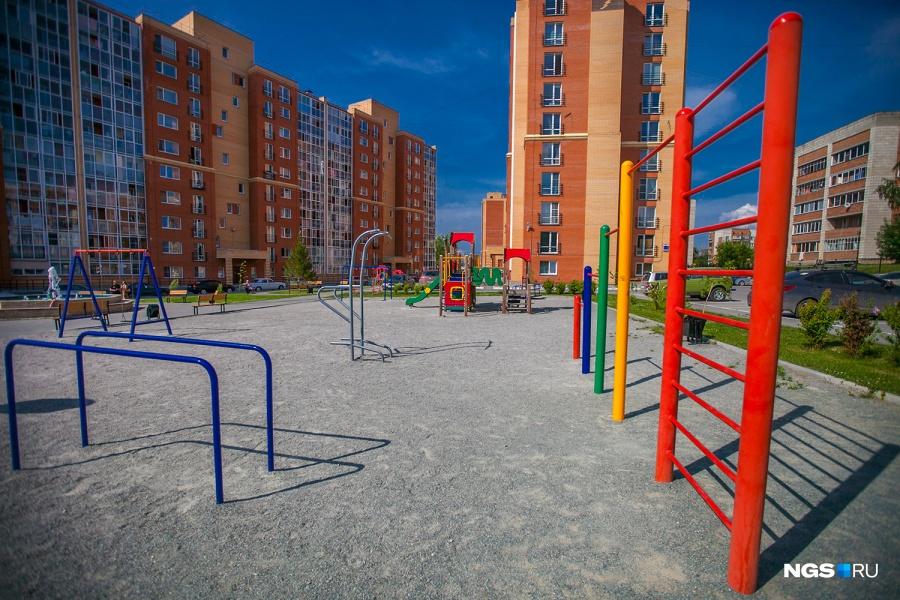 Площадка в «Стрижах» просторная. На площадке есть зона для детей помладше — со своей горкой, домиком, качелями и прочим.