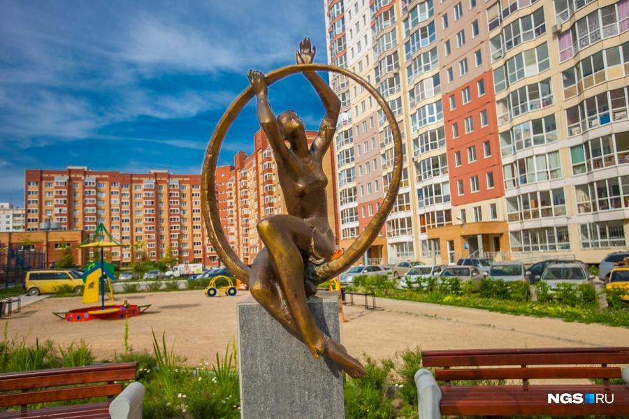 Небольшой скверик со скульптурами на тему цирка — изюминка благоустройства этой территории. Вокруг расположены удобные деревянные скамейки со спинками.