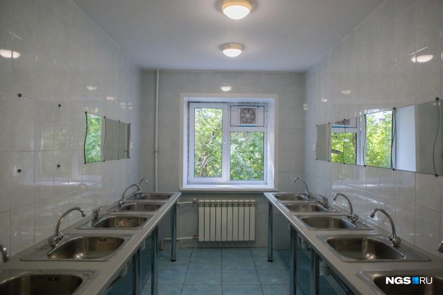 Умывальные комнаты ремонтировали отдельно, без дизайн-проекта. Это стоило 4,5 млн руб. «Душевые в том корпусе есть, а раньше их не было вообще. Когда я учился и жил в том общежитии, мы ходили в баню №14», — вспомнил ректор Александр Карпик.