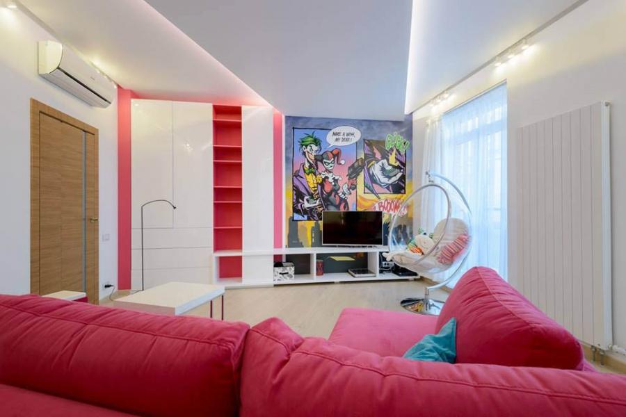 Мебель для детской делал Дмитрий Синев, а диван заказывали в салоне «Эстетика», выбрав обивку нужного розового цвета. На проект у дизайнера ушло 2 месяца, на ремонт — еще около 7 месяцев.