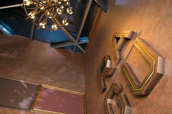 Испытанием номер один стал подъем на 8 этаж. Лифт предательски сломался, впрочем, его обещали починить. Зато у гостей появилась возможность оценить физическое состояние своих спутниц.