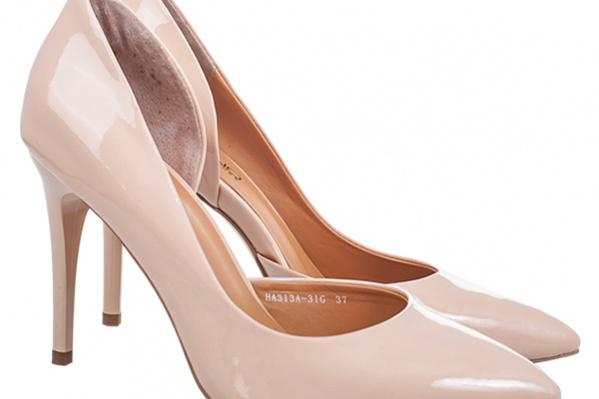 Изумительно нежные, словно подернутые дымкой тумана, карамельные и кремовые тона вдохновляют испанских дизайнеров на создание изящных шедевров обувного искусства. Capilano, <price>3590 pуб.</price>