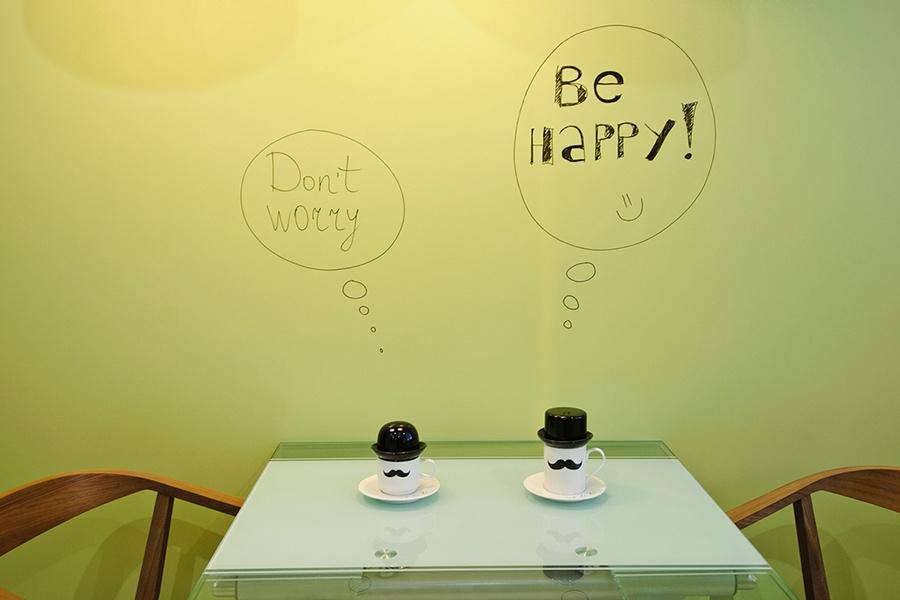 Стену на кухне покрасили магнитно-маркерной краской, поэтому на ней можно рисовать и писать все что угодно и прикреплять магниты. Веселые усатые чашки — из магазина декора Alanta.