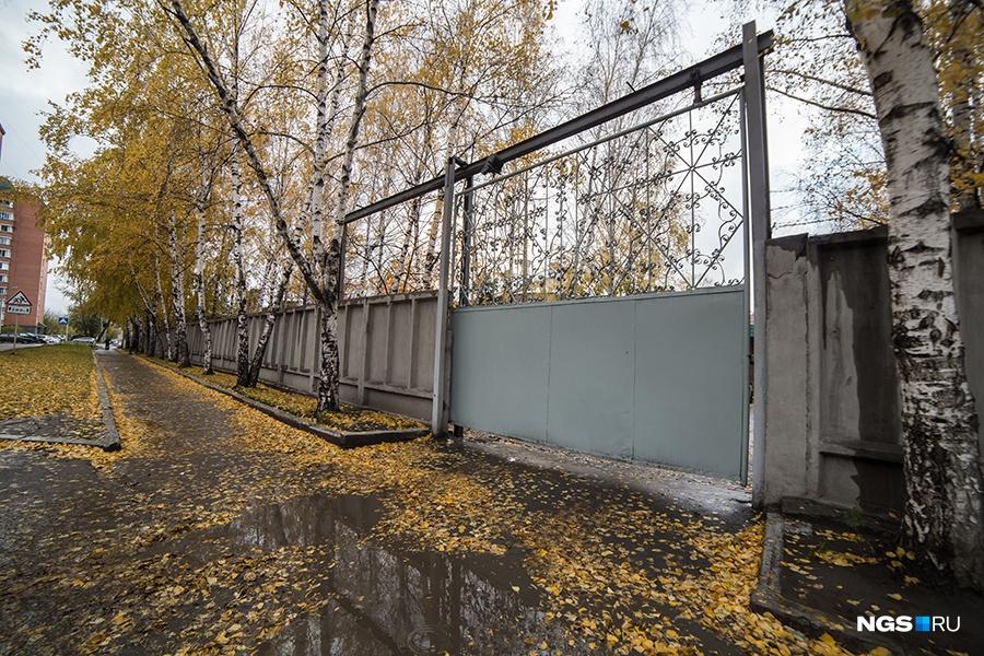 Сейчас военная часть занимает площадь в несколько гектаров в глубине ул. Тополевая — территория №17 огорожена забором с колючей проволокой. Казармы перестроили под общежития.