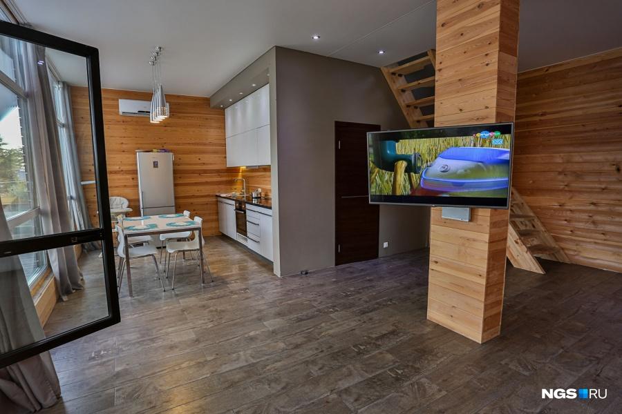 Телевизор поворачивается, и при желании его можно смотреть и из кухни, и из гостиной, и из кабинета, и даже из туалета.