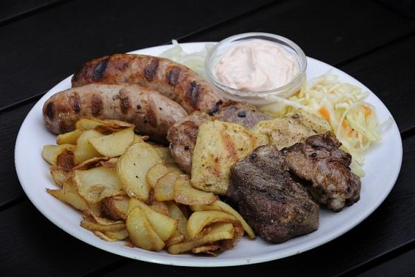 Ассорти-гриль большое: колбаска-гриль свиная, колбаска-гриль из говядины, куриное филе, филе говядины, свиная шея, жареные на гриле. Подается с гарниром. 270 руб.