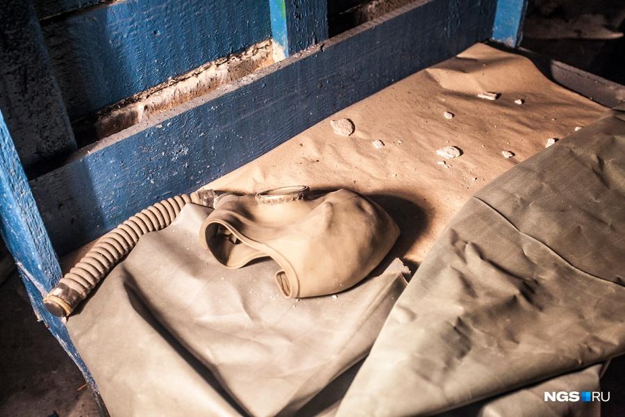 В специальной таблице на стене описываются сигналы оповещения при разных видах опасности. Обычно при этом требуют надеть противогазы. Самое необычное оповещение у химической тревоги — подается светосигнальная ракета и голос говорит: «Газы».