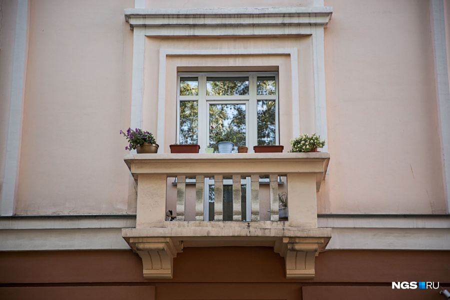 Неостекленные балконы, на которых можно дышать свежим воздухом и загорать, летом преображаются, когда хозяйки просто украшают их цветами. Это самый экономичный и простой способ сделать свой дом уютнее и заставить прохожих задуматься о том, чтобы выкинуть наконец все ненужное со своего балкона и сделать место для отдыха.