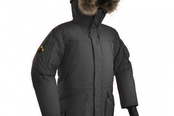 """Аляска — это униформа покорителей полюсов. Однако она прочно вошла в наш обиход. Много карманов, удобный крой, удлиненный подол — все ради комфорта холодной зимой. <a href=""""http://tirol.ru/catalog/puhoviki-5204/kurtka-puhovaya-bask-alaska-v2/"""" target=""""_blank"""">Bask Alaska V2</a>, <nobr><price>11 990 руб.</price></nobr>"""