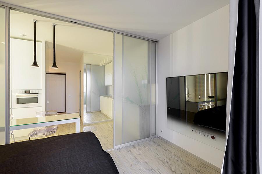 На пол в квартире постелили ПВХ-плитку. Большой и необычный телевизор Philips заказчик выбрал сам, его зеркальная поверхность тоже работает на зрительное увеличение пространства.