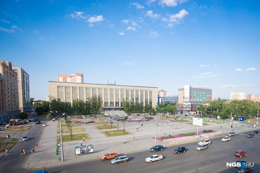 """Один из самых больших и красивых фонтанов Новосибирска — на площади Пименова — отлично видно из окон общежития, которое занимает центральную часть дома по ул. Кирова, 80. Ольга Толстая живет здесь с 1997 года и говорит, что из окон все праздники наблюдать лучше, чем с самой площади. «Файер-шоу хорошо видно, — рассказывает она. — Мы всегда сначала туда идем, а потом я говорю: """"Ничего не видно, пошли домой, из окна лучше""""». Недостаток такого вида — шум машин, особенно по ночам — на светофоре лихачи громко стартуют с места."""