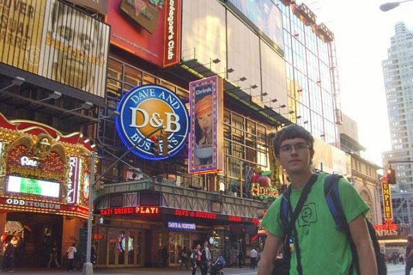 Студент НГУЭУ А. Сливка на улицах Нью-Йорка