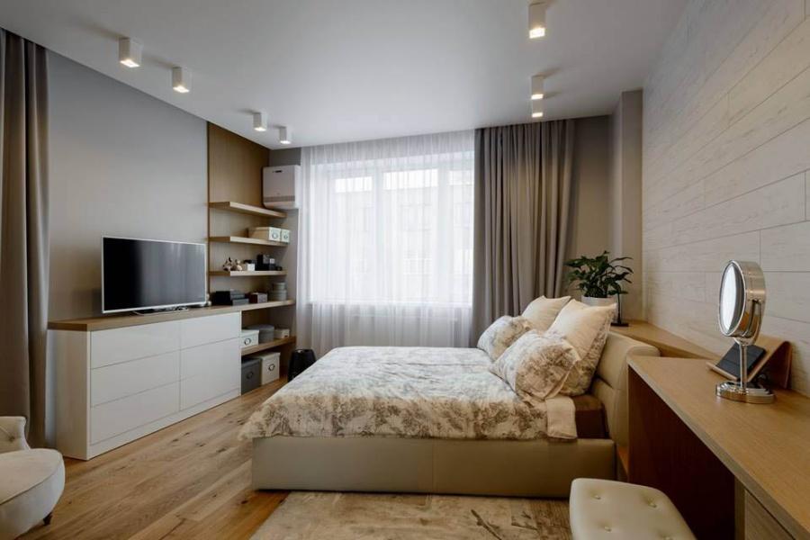 Для соблюдения правил фэн-шуй в спальне нужно было повернуть кровать под углом 15 градусов от окна. Как описала Ксения Елисеева, чтобы сделать это гармонично, они делали мебель на заказ — предусмотрели треугольную столешницу за изголовьем.