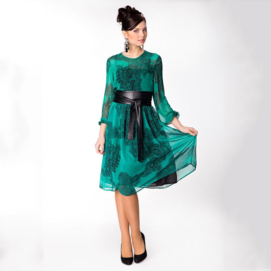 Платье с черным кожаным поясом