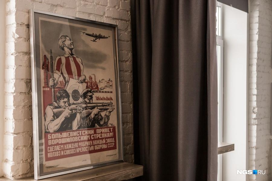 Портрет Сталина у Сергея появился задолго до покупки квартиры — привезла мама из Санкт-Петербурга. Его дополняет плакат с «большевистским приветом» в гостиной.