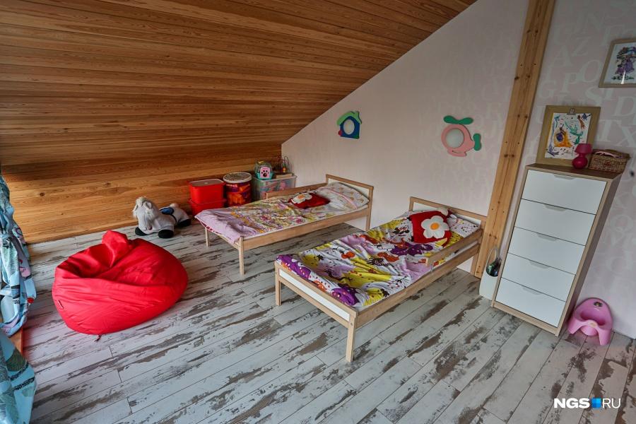 На втором этаже две спальни по 18 кв. м — одна для двух дочек, вторая для родителей. Содержание дома обходится дешевле, чем квартиры. По оценке Сергея, среднегодовой расход — 5 тыс. руб. в месяц. В самый холодный зимний месяц он потратил 10500 руб.