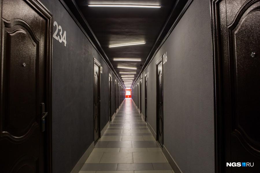 В конце серого коридора с черным потолком студентов встречает выделенное ярким оранжевым цветом окно. Противоположный конец «тоннеля» выкрашен в другой цвет. «На полу уральский керамогранит. У него хорошая геометрия плитки — 30х60 см. Это позволило сделать горизонтальный рисунок пола, вытянуть его по ширине, — объясняет архитектор. — Светодиодные светильники так расположены, чтобы тоже визуально изменить геометрию коридора».
