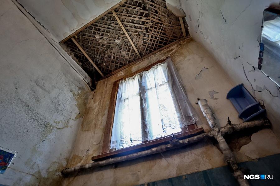 Почти все подъезды, в которых побывали корреспонденты НГС.НЕДВИЖИМОСТЬ, находятся в ужасном состоянии: вода разрушает перекрытия, на потолках и стенах осыпается штукатурка, весной часть из них затапливает. То же самое — в квартирах.