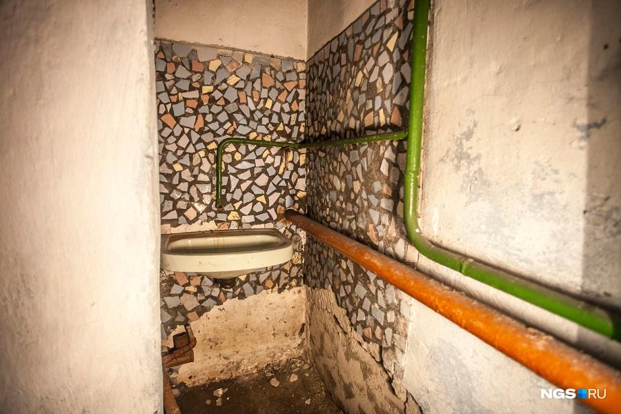 Когда-то в убежище были полноценные туалеты, но сейчас они не работают. Кроме отдельно стоящих бомбоубежищ в Новосибирске много таких помещений в подвалах жилых домов, где также положено было иметь туалет и душ: «Там толстенные стены и огромные двери — как сейфы», — описывает бомбоубежища на ул. Станиславского директор УК «Жилкомсервис» Владимир Алабугин.