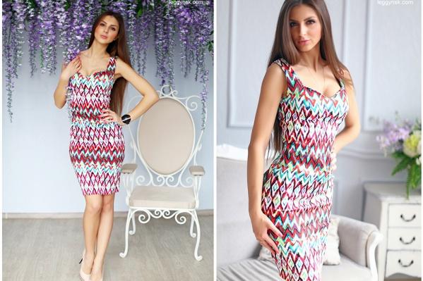 Идеальное летнее платье для тех, кто ищет ярких красок: хлопковая ткань очень приятна к телу, а активный рисунок и облегающий силуэт не оставят вас без внимания. <price>2700 руб.</price>
