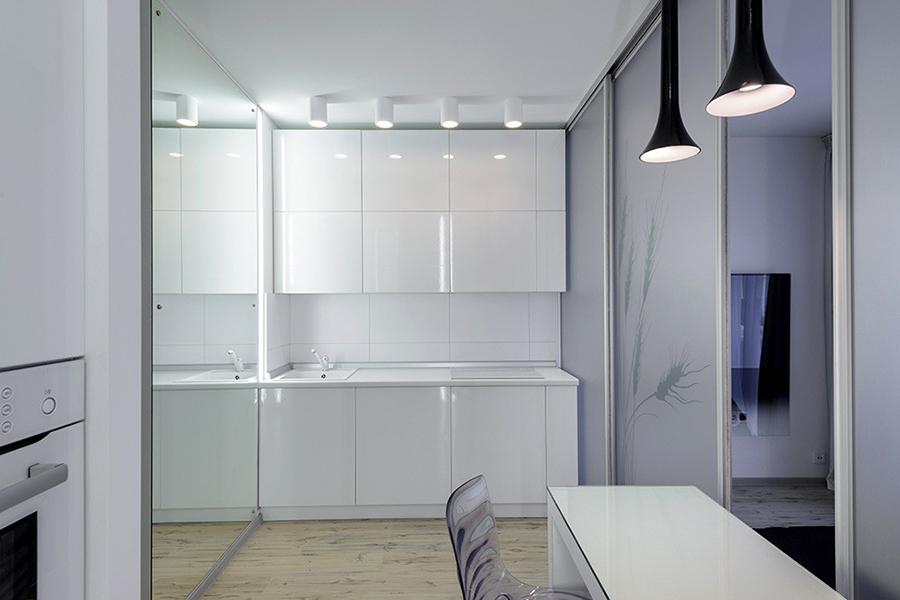 «Мы поставили два зеркала, перпендикулярные друг другу. Это очень хорошо работает на увеличение пространства. Когда находишься в квартире, нет ощущения, что она очень маленькая», — объясняет Ольга Симагина.