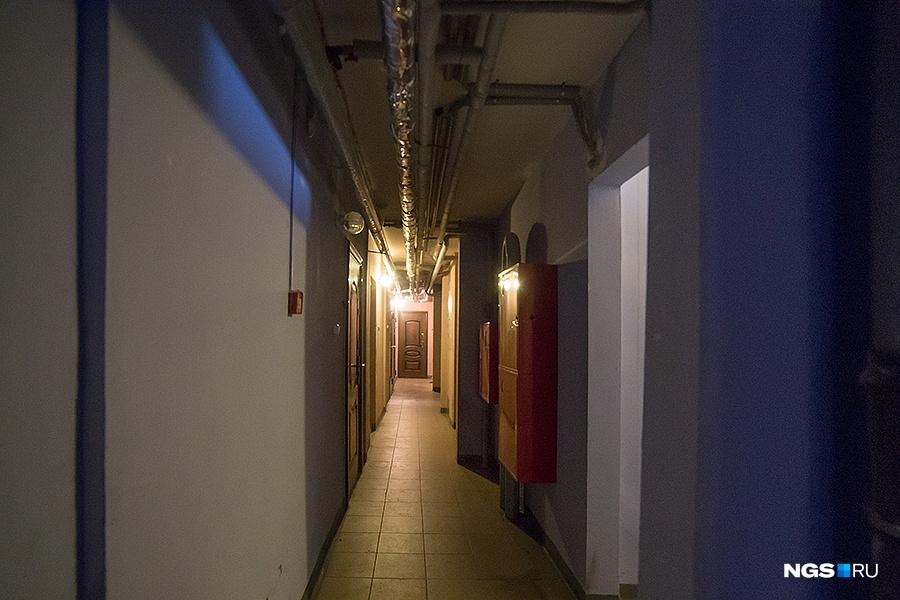 В 1065-квартирном доме по 16 квартир на площадке. Поднявшись на 17-й этаж и постояв в узком коридоре, мы услышали, как в квартирах работает телевизор, плачет ребенок, делают ремонт с помощью перфоратора, где-то ругаются постояльцы. По словам одного из жильцов Романа, самая главная проблема такого дома — это слышимость: «40 квартир на два этажа, и каждый день обязательно у кого-нибудь юбилей, день рождения или просто попойка».