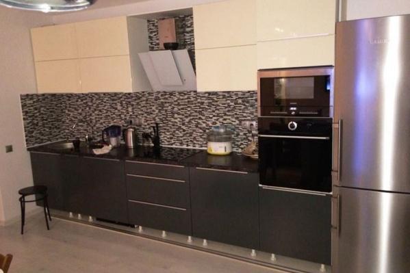 Специалисты компании «Мебель в дом» разработают кухню в современном динамичном дизайне в любом оттенке. Крашеные фасады отличаются великолепным качеством нанесения краски, сопоставимым с окраской автомобилей, обладают безграничной палитрой, стойко переносят испытание влагой и перепадом температур.