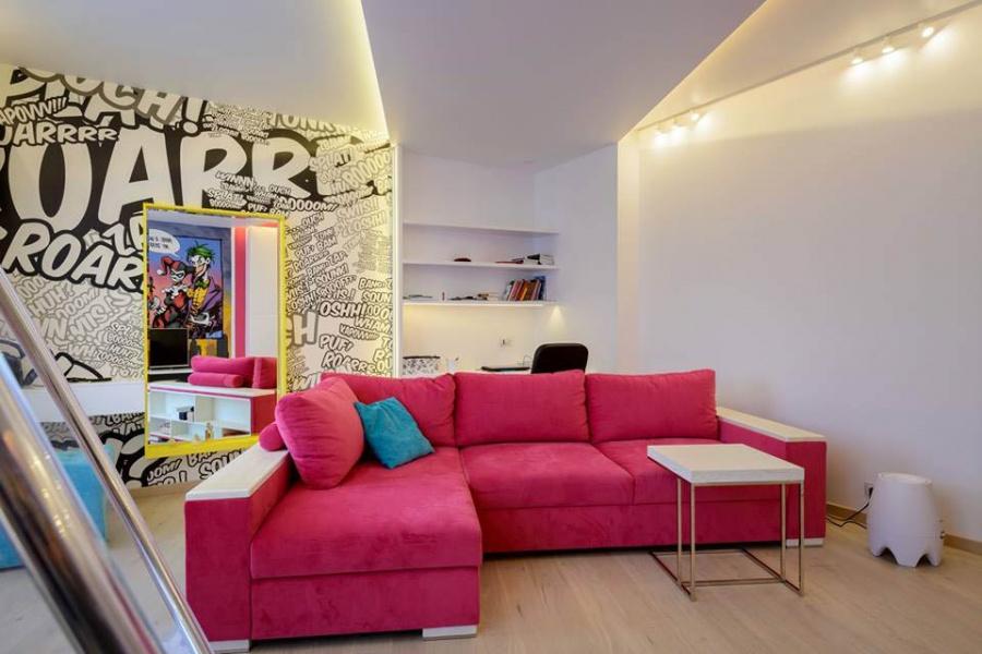Самая яркая комната в доме принадлежит дочери. Граффити делал Вадим Кулишов. По словам дизайнера интерьера, комнату делали в стилистике поп-арт. «Цвета сочные и яркие в поддержку этого стиля, который подразумевает смешение голубого, розового и желтого, — говорит Ксения Елисеева. — Под потолком есть цветная светодиодная лента, если ее включить, белые стены могут быть с голубым, желтым или розовым оттенком».