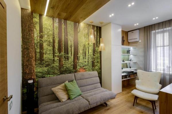 В 4-комнатной квартире нашлось место для всего: просторной кухни-гостиной с библиотекой, спальни, детской и даже кабинета с небольшой зоной отдыха «в лесу». Автор интерьера — Ксения Елисеева, при участии Ольги Симагиной, дизайн-студия Alfa-brand.