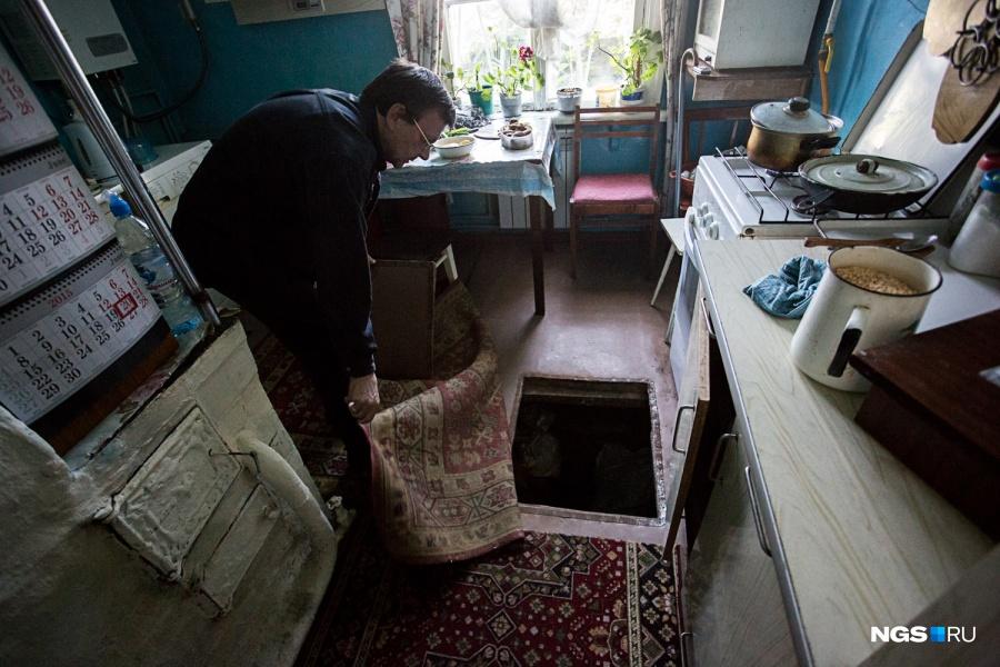 В каждой квартире на первых этажах этих домов есть погреба, по два-три на квартиру. Зимой пол приходится устилать двумя коврами — иначе холодно, — а весной в погребах собирается вода. «У соседей наверху был пожар, их залили так, что до сих пор все гниет в подполе, а под домом ни одной отдушины нет, и все это десятилетиями стоит», — пожаловалась Лариса Кривцова из дома №138.