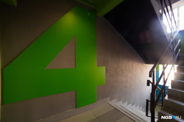 Каждый этаж лестничной клетки выкрашен в свой цвет — за основу взяли 4 цвета фирменного стиля академии. Цвет переходит с лестничной площадки на кухню, яркими акцентами также выделены концы коридоров.